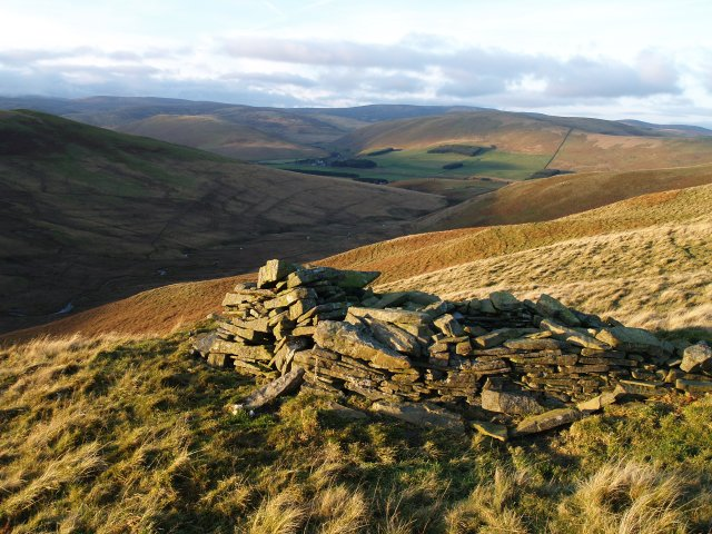 Cairn/shelter, Eldinhope Middle Hill