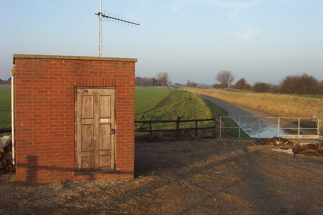 Small pumphouse by South Holland Main Drain