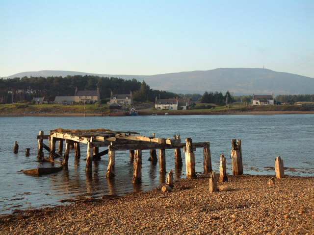 Ruined pier near Skelbo