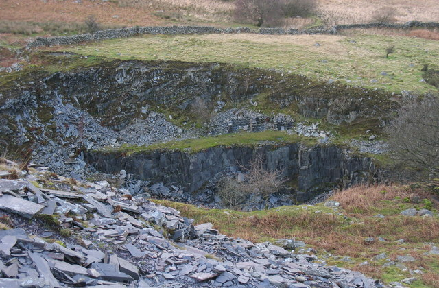 North wall of the upper Caermeinciau pit from Bwlch-y-groes quarry