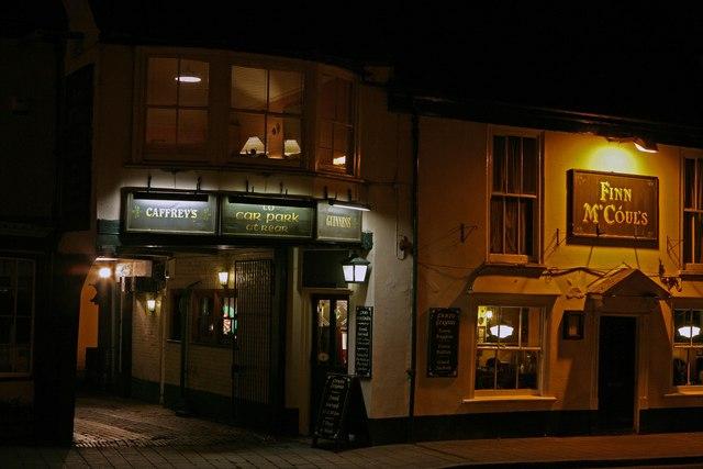 Finn M'Couls Irish pub at night