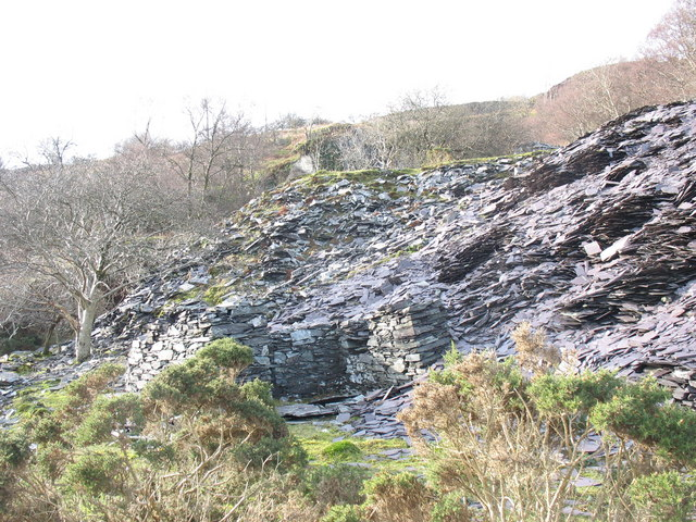 Rubbish runs and ruined dressers' hut at unnamed pit next 2nd pitch of the Ffridd Incline