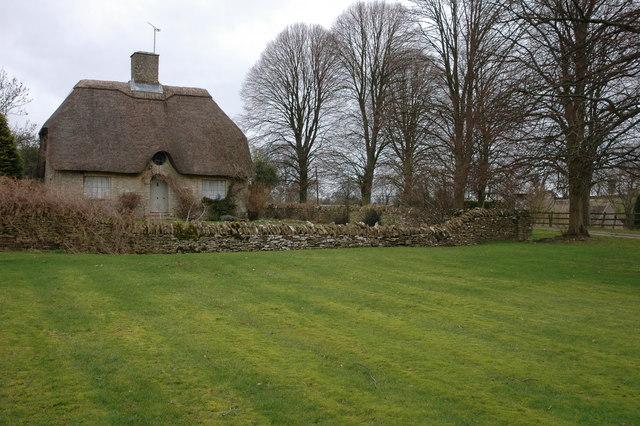 Thatched Cotswold cottage near Hazleton Manor
