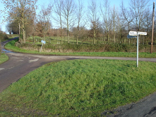Road junction at the bottom of Hill End Common