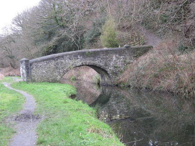 Ynsmeudwy Bridge over canal