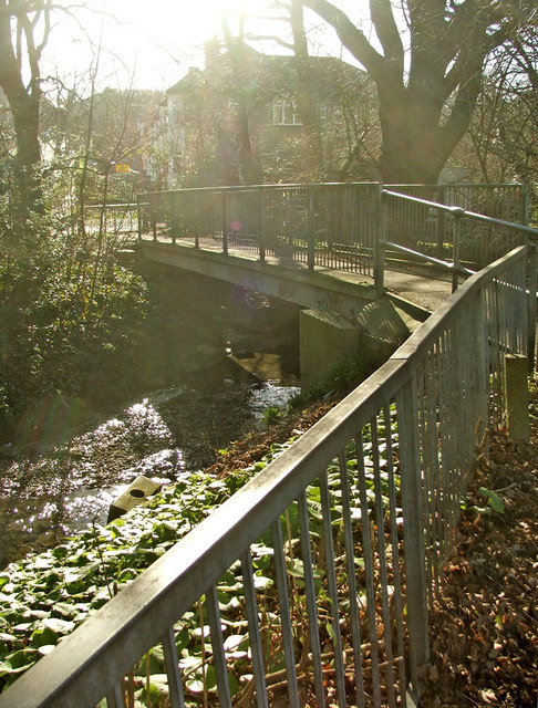 Footbridge over the Houndsden Gutter between Nestor Avenue and Deepdene Court, N21