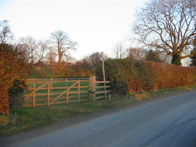 Public footpath here going Foulrice Farm