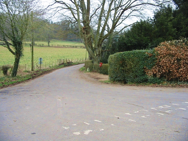 Road to Bossingham and entrance to Lynsore Court