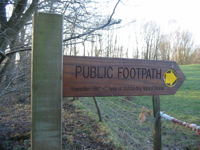 A fingerpost for the footpath that passes High Lions Lodge