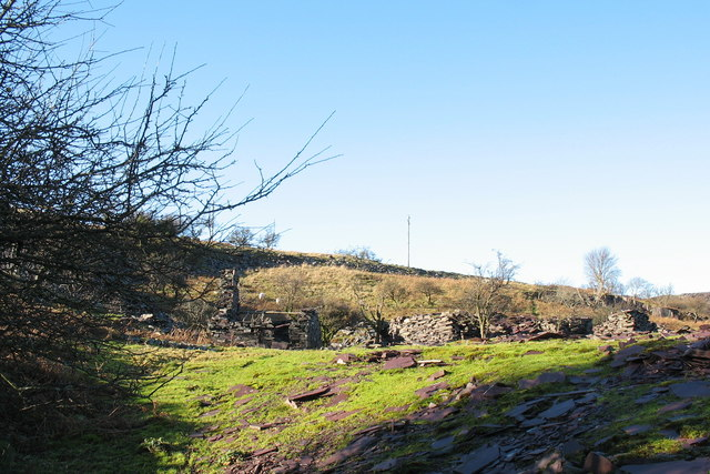 Ruined slate dressing huts at Twll Coch Quarry
