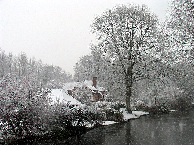 Snowing on the Kennet and Avon Canal: Woolhampton