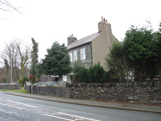 Ynys Wen House on the A4086