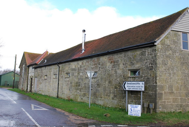 Farm building by lane to Swallowcliffe