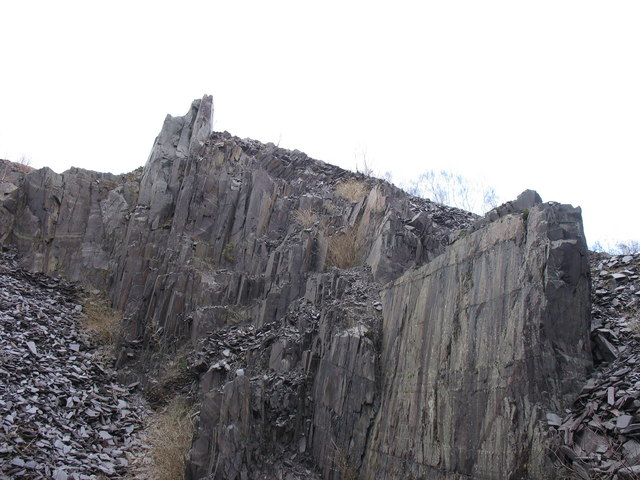 Pillars on the eastern wall of the upper pit of Lower Glynrhonwy Quarry