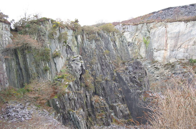 A relict bar of igneous rocks in the upper pit of Glynrhonwy Lower Quarry