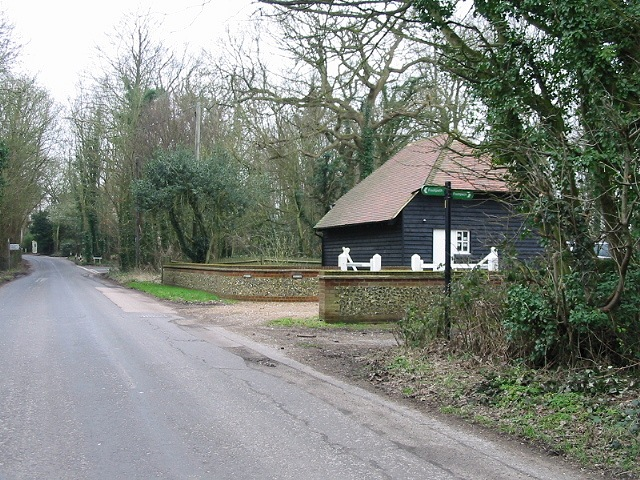 Footpath crossing the Waltham Road