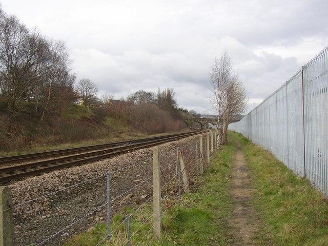 Footpath alongside the railway, off Woodhouse Lane, Rastrick