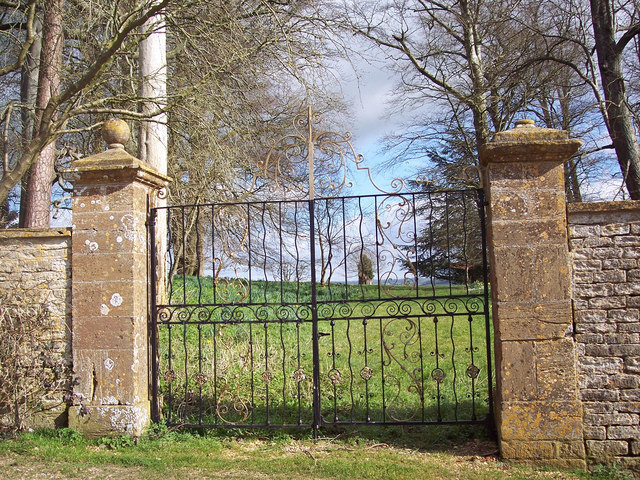 Gates to the former entrance to Fifehead House
