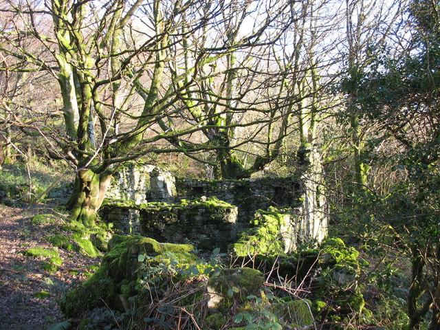Ruin alongside track to Chwarel Terfyn