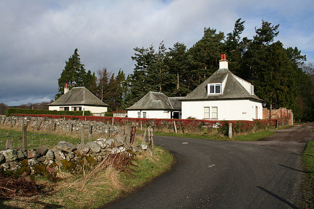 Cottages in the vicinity of Kinermony.