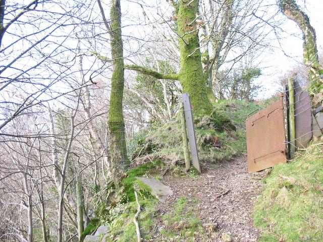 Public footpath along the top edge of the Chwarel y Faenol pit