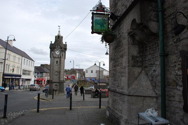 Cloc y Dref a Gwesty'r Bull Llangefni Town Clock and Bull Hotel