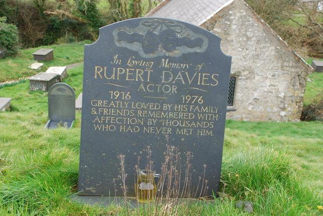 Bedd Rupert Davies Pistyll Grave of Rupert Davies