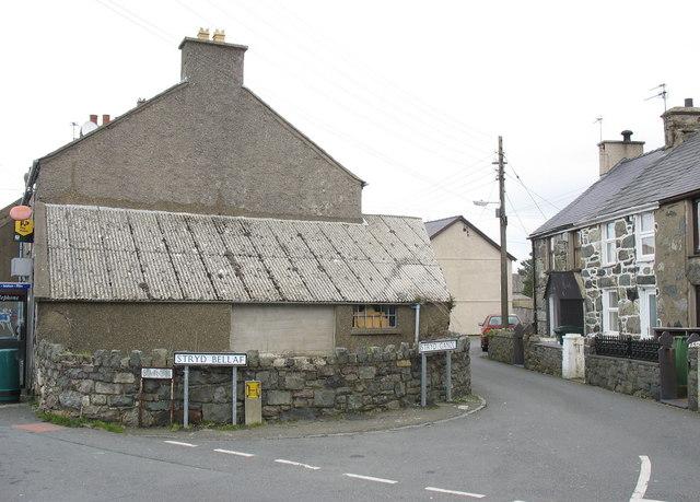 The junction of Stryd Bellaf and Stryd Ganol, Saron