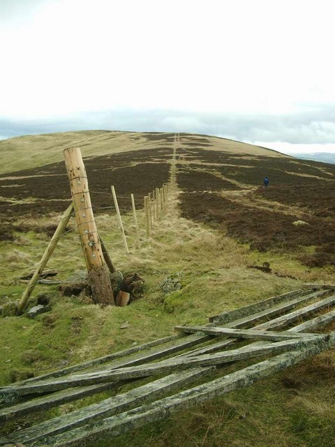 Fencing on the ridge to Long Goat