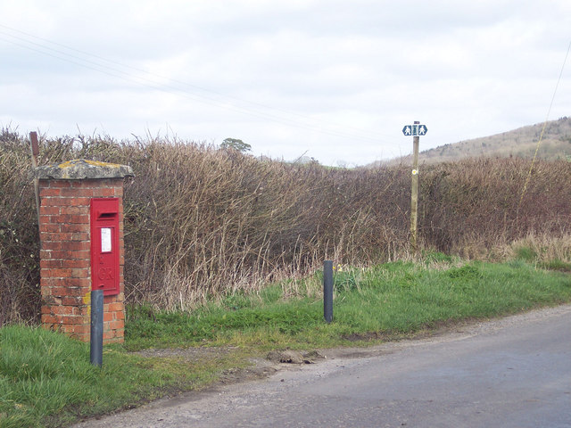 Postbox and footpath sign near Good's Farm, Stour Row