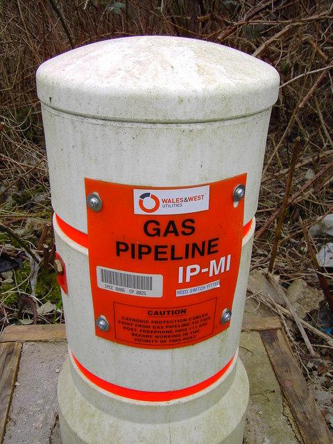 Gas pipeline marker, Barnfield Road, Swindon - closeup
