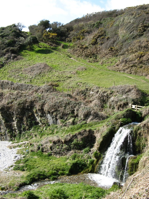 Lansallos: waterfall onto the beach