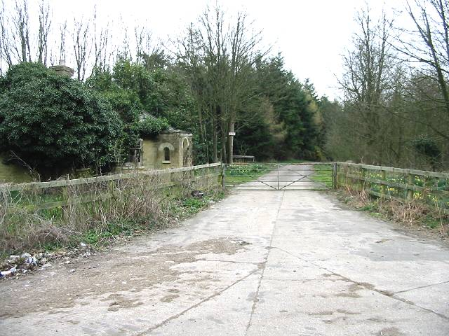 Derelict gatehouse in Folks' Wood