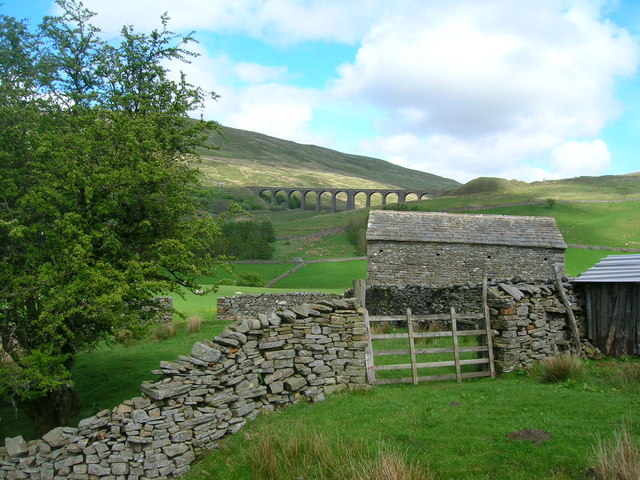 Barn and Artengill viaduct from the west
