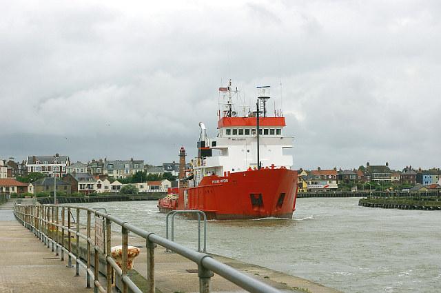 Putford Artemis leaving the Harbour Mouth