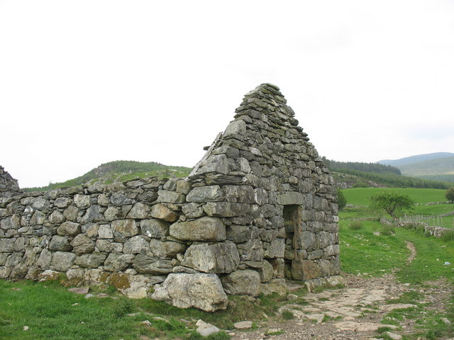 Roofless barn above Esgair-gawr
