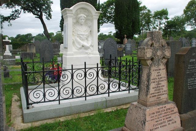 Bedd teuluol Lloyd George ym mynwent Cricieth - Lloyd George family grave in Criccieth cemetery