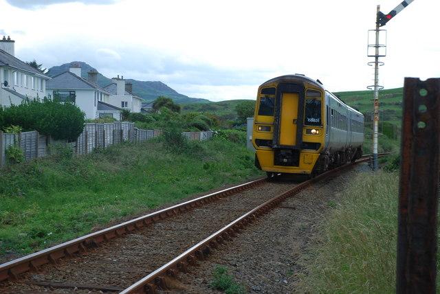 Trên ar ei ffordd i Gricieth - Train on its way to Criccieth