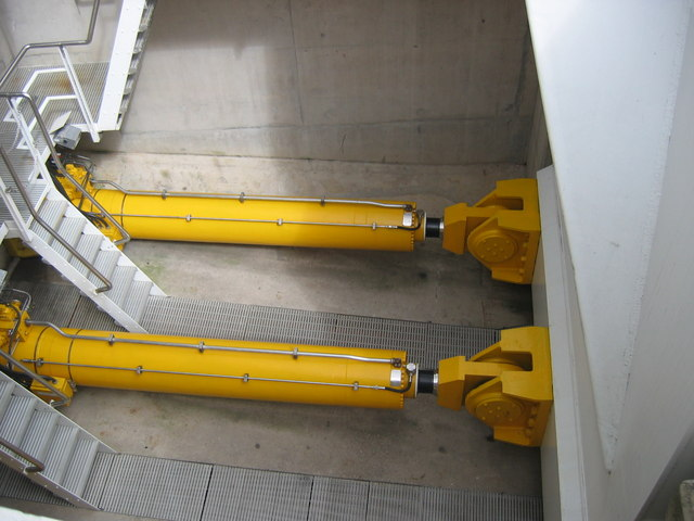 Millennium Bridge - Hydraulic Rams