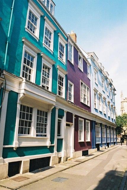 Oxford: pastel colours in Oriel Street