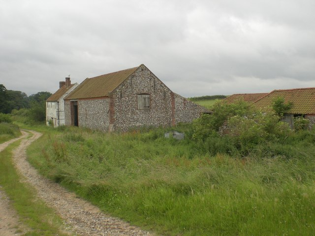 Disused farm and farmhouse west of Little Walsingham