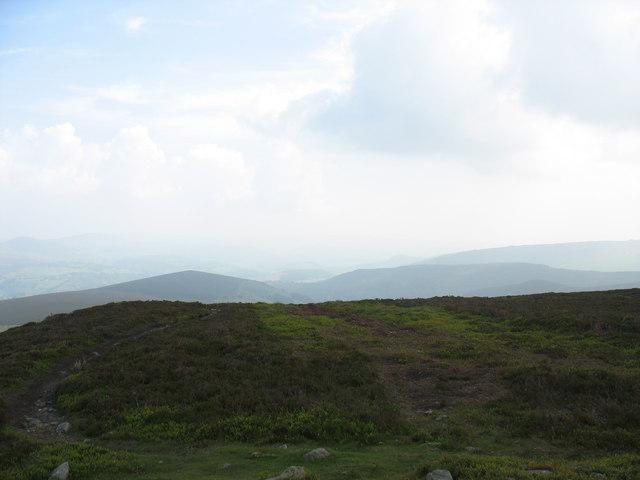 The summit plateau of Moel Fferna looking west