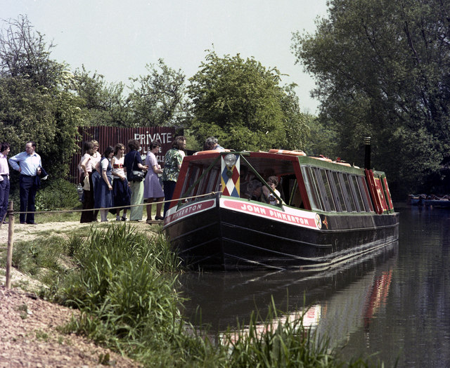 Queueing at Colt Hill Wharf, Basingstoke Canal