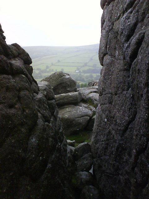 A dry and wind free cleft in the rocks at Bonehill