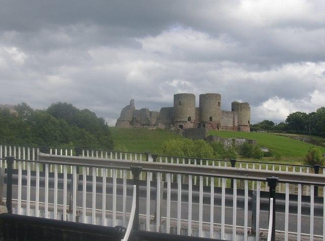 Castell Rhuddlan o'r bont