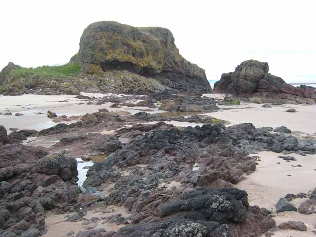 Rocky headland at the eastern end of Macharioch Bay