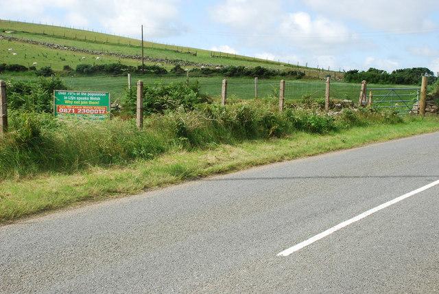 B4417 ac arwydd sy'n annog pobl i ddysgu'r iaith - B4417 and sign encouraging people to learn Welsh