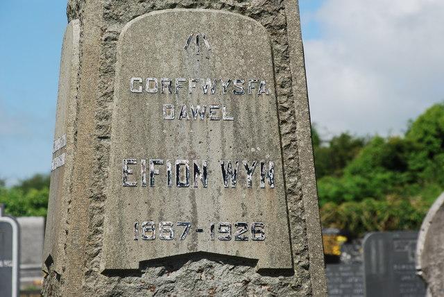 Bedd Eifion Wyn ym mynwent Chwilog - Grave of Eifion Wyn in Chwilog Cemetery