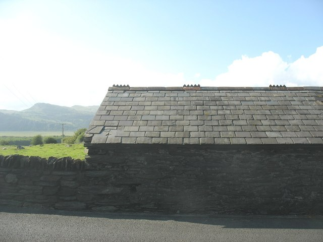 Roadside barn above the Glaslyn estuary