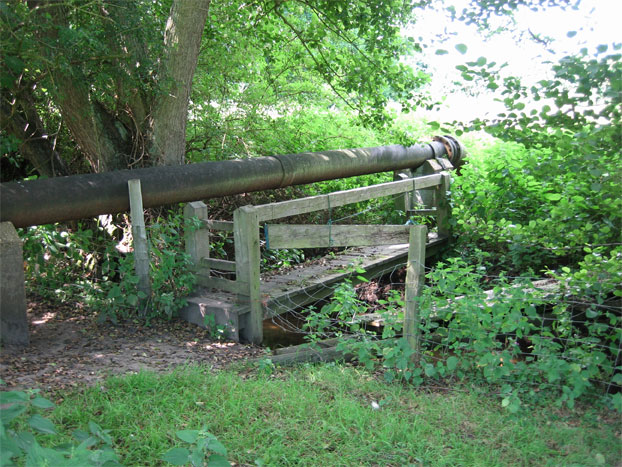 Footbridge and mains pipe north of Rookery wood